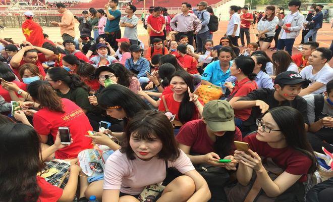 """Sân Thống Nhất phủ sắc đỏ vì U23 Việt Nam: Fan nữ xinh """"cháy"""" hết mình - 9"""