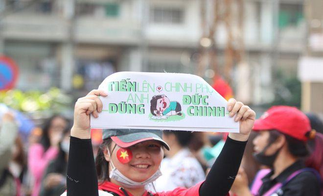 """Sân Thống Nhất phủ sắc đỏ vì U23 Việt Nam: Fan nữ xinh """"cháy"""" hết mình - 12"""