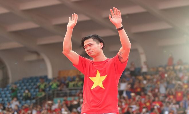 """U23 Việt Nam """"mở hội"""" tại TP HCM: Công Phượng tặng quà Mỹ Tâm, CĐV ngây ngất - 14"""