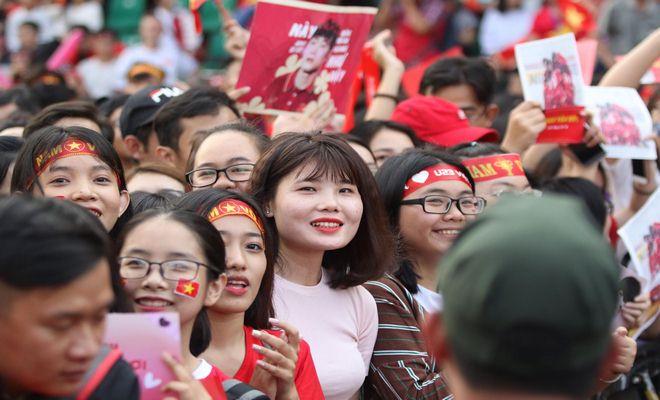 """Sân Thống Nhất phủ sắc đỏ vì U23 Việt Nam: Fan nữ xinh """"cháy"""" hết mình - 2"""