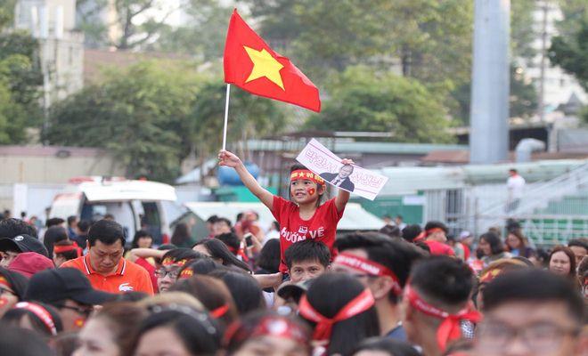 """Sân Thống Nhất phủ sắc đỏ vì U23 Việt Nam: Fan nữ xinh """"cháy"""" hết mình - 3"""