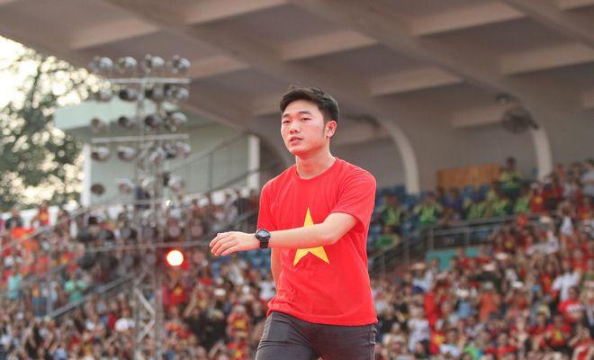 """U23 Việt Nam """"mở hội"""" tại TP HCM: Công Phượng tặng quà Mỹ Tâm, CĐV ngây ngất - 12"""
