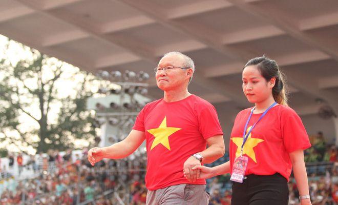 """U23 Việt Nam """"mở hội"""" tại TP HCM: Công Phượng tặng quà Mỹ Tâm, CĐV ngây ngất - 10"""