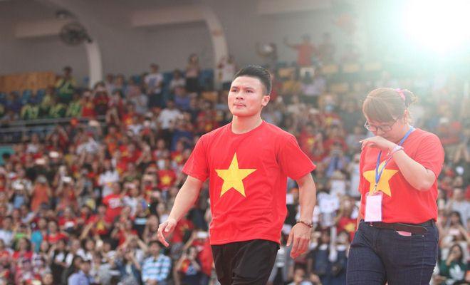 """U23 Việt Nam """"mở hội"""" tại TP HCM: Công Phượng tặng quà Mỹ Tâm, CĐV ngây ngất - 11"""