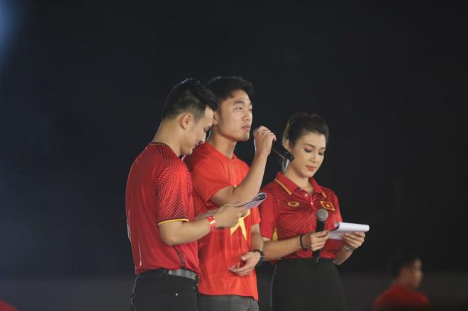 """U23 Việt Nam """"mở hội"""" tại TP HCM: Công Phượng tặng quà Mỹ Tâm, CĐV ngây ngất - 3"""