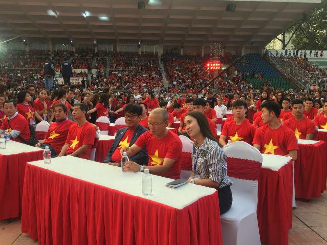 """U23 Việt Nam """"mở hội"""" tại TP HCM: Công Phượng tặng quà Mỹ Tâm, CĐV ngây ngất - 15"""