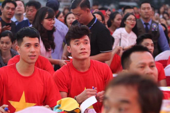 """U23 Việt Nam """"mở hội"""" tại TP HCM: Công Phượng tặng quà Mỹ Tâm, CĐV ngây ngất - 7"""