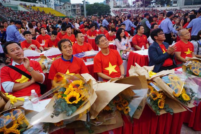 """U23 Việt Nam """"mở hội"""" tại TP HCM: Công Phượng tặng quà Mỹ Tâm, CĐV ngây ngất - 6"""