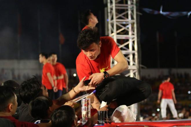 """U23 Việt Nam """"mở hội"""" tại TP HCM: Công Phượng tặng quà Mỹ Tâm, CĐV ngây ngất - 4"""