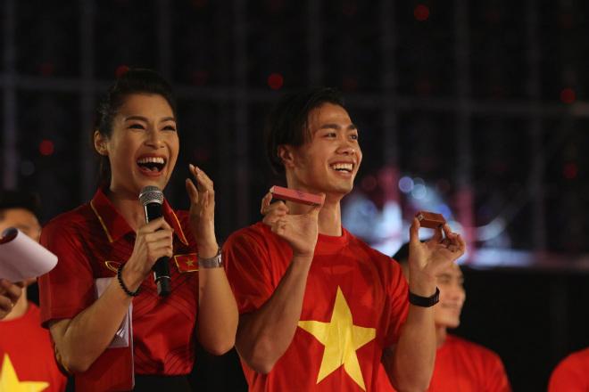 """U23 Việt Nam """"mở hội"""" tại TP HCM: Công Phượng tặng quà Mỹ Tâm, CĐV ngây ngất - 2"""