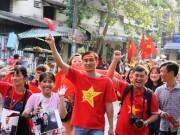 Tin tức trong ngày - Vượt sông, người hâm mộ lên Sài Gòn giao lưu U23 VN