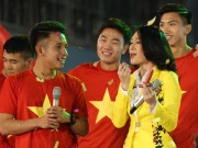 Đời sống Showbiz - Mỹ Tâm thoa son của Hồng Duy U23 Việt Nam trên sân khấu