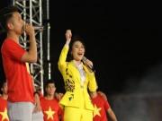 """Bóng đá - U23 Việt Nam """"mở hội"""" tại TP HCM: Công Phượng tặng quà Mỹ Tâm, CĐV ngây ngất"""
