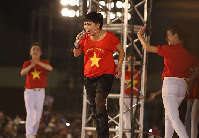Phương Thanh vứt chéo cao gót, khiêu vũ bừa sung cùng U23 Việt Nam - 1