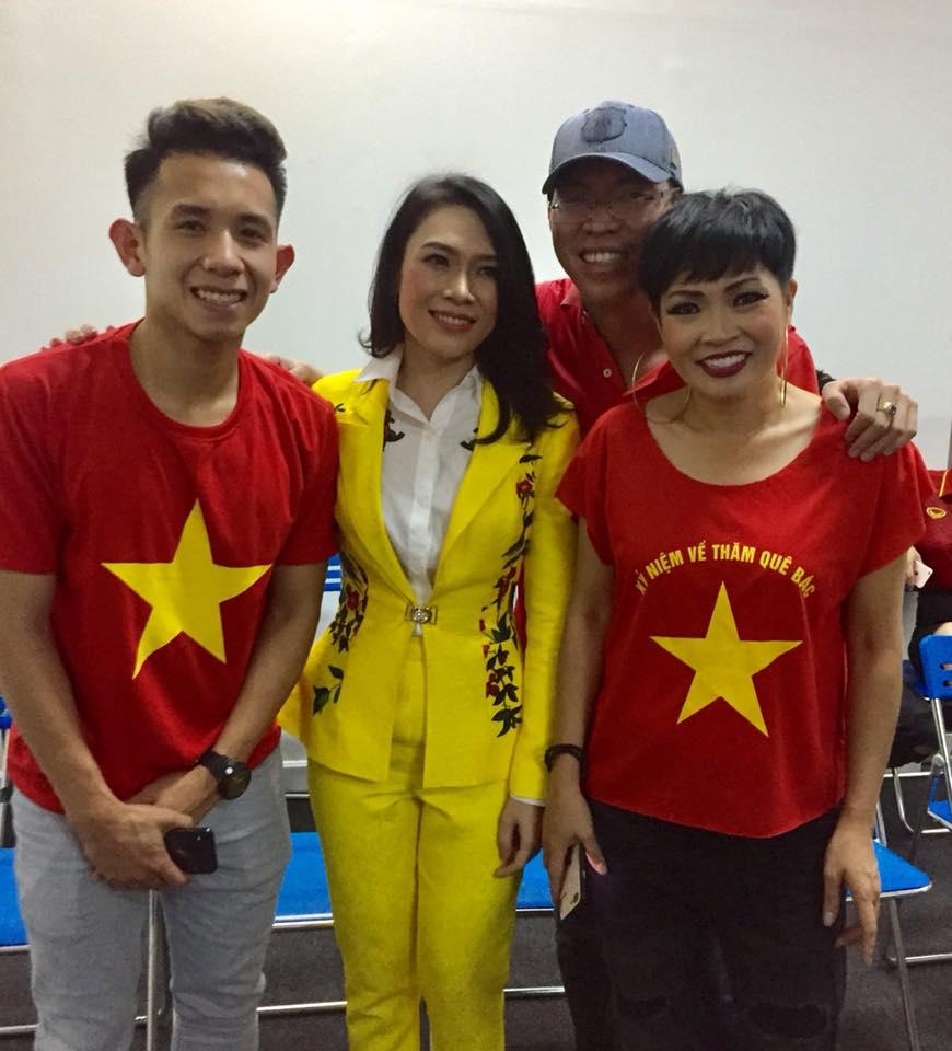 Phương Thanh vứt chéo cao gót, khiêu vũ bừa sung cùng U23 Việt Nam - 2