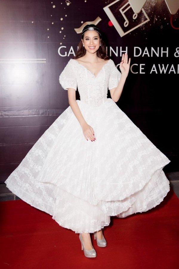 Angela Phương Trinh, Phạm Hương sáng nhất đêm nhờ chiếc váy kỳ diệu - 3