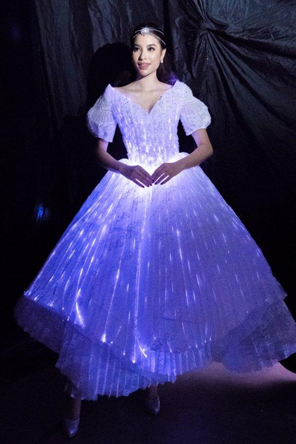 Angela Phương Trinh, Phạm Hương sáng nhất đêm nhờ chiếc váy kỳ diệu - 4