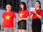 Hari Won hồi hộp khi làm phiên dịch cho huấn luyện viên Park Hang Seo