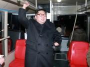 Ông Kim Jong-un cùng vợ đi xe buýt điện