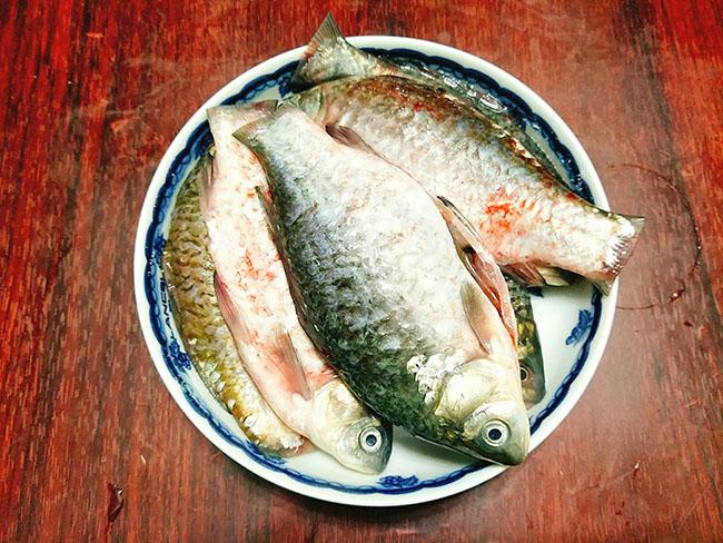 Trời lạnh thế này, ăn cá diếc kho dưa với cơm nóng là tuyệt nhất - 3