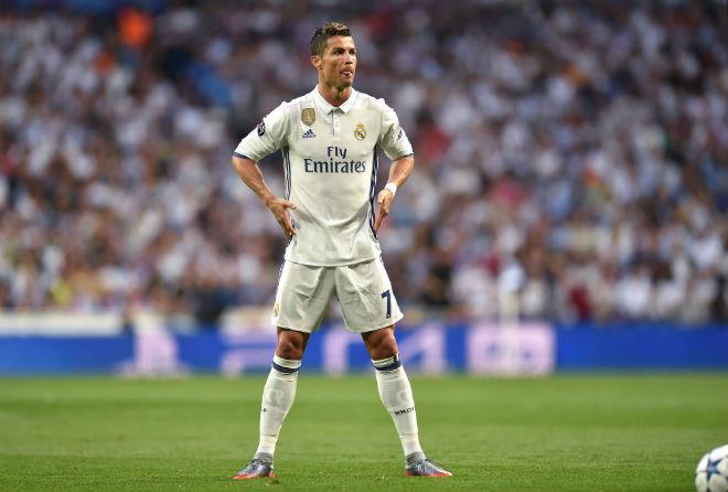 """Ronaldo, Ibrahimovic """"siêu nhân"""" hóa người thường: Cái giá của ảo tưởng - 1"""
