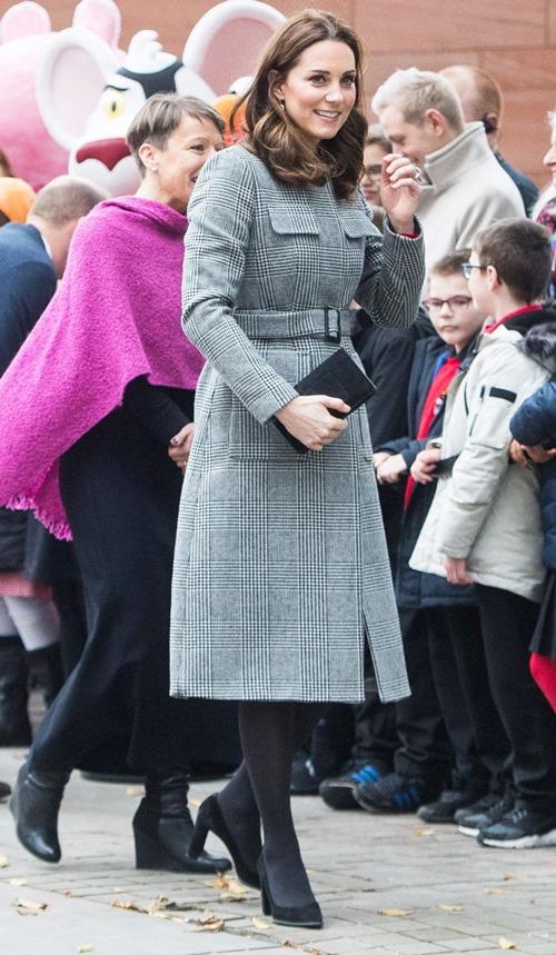 Vì sao công nương Anh không bao giờ cởi áo khoác nơi công cộng? - 5