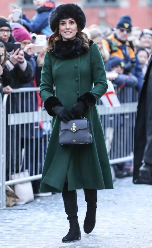 Vì sao công nương Anh không bao giờ cởi áo khoác nơi công cộng? - 4