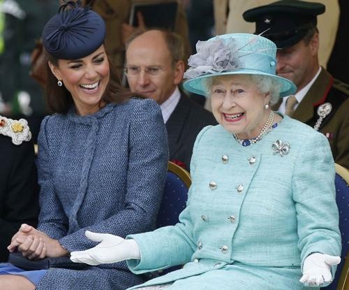 Vì sao công nương Anh không bao giờ cởi áo khoác nơi công cộng? - 12