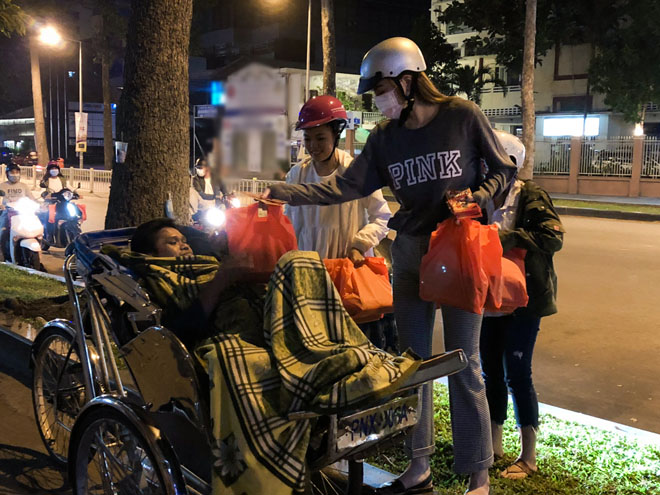 Hà Hồ đem khẩu trang, chạy xe máy cho quà Tết cho người nghèo buổi nửa đêm - 6