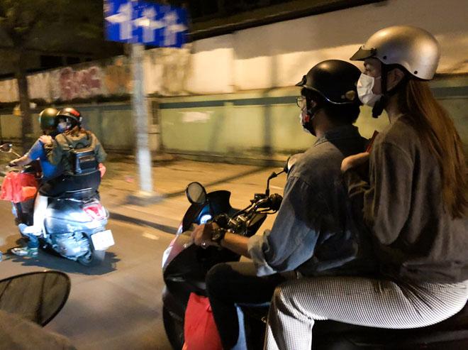 Hà Hồ đem khẩu trang, chạy xe máy cho quà Tết cho người nghèo buổi nửa đêm - 3