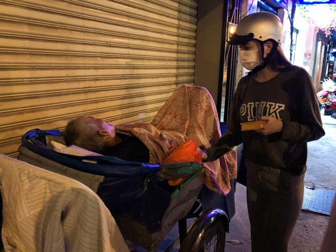 Hà Hồ đem khẩu trang, chạy xe máy cho quà Tết cho người nghèo buổi nửa đêm - 4