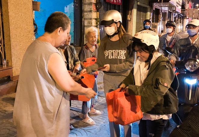 Hà Hồ đem khẩu trang, chạy xe máy cho quà Tết cho người nghèo buổi nửa đêm - 7