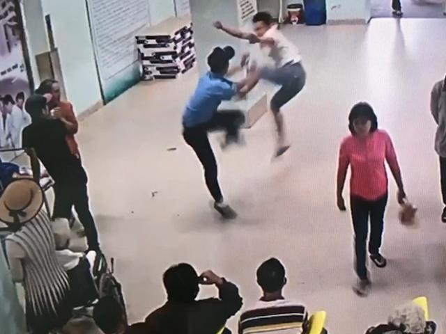 Bệnh nhân tấn công cán bộ bệnh viện đang mang bầu - 2