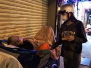 Hà Hồ đeo khẩu trang, chạy xe máy tặng quà Tết cho người nghèo lúc nửa đêm
