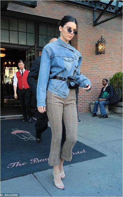 Bầu bí, Miranda Kerr vẫn tỏa sáng tựa nữ thần với giày trong suốt - 3
