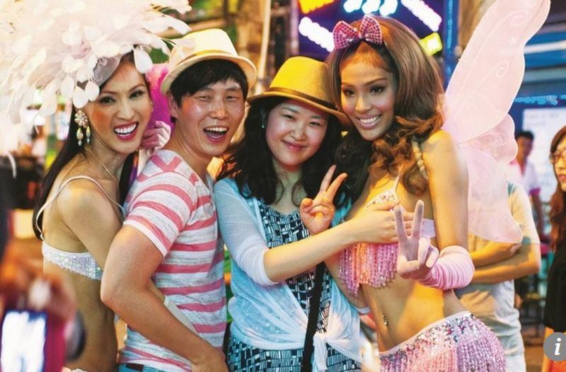 Dân Trung Quốc đổ xô về Thái Lan xem show chuyển giới - 1