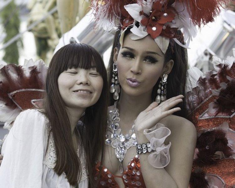 Dân Trung Quốc đổ xô về Thái Lan xem show chuyển giới - 3