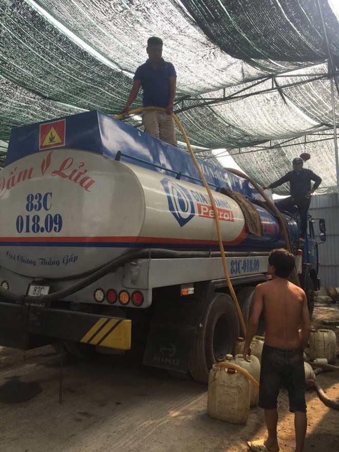 Bắt quả tang đường dây rút ruột xăng dầu cực lớn ở TP.HCM - 1