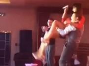 Sếp quăng nữ diễn viên ngã trên sân khấu khiến dân mạng phẫn nộ