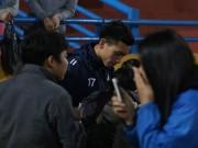 Tuyển thủ U23 Việt Nam bị fan nữ bủa vây ở Hàng Đẫy