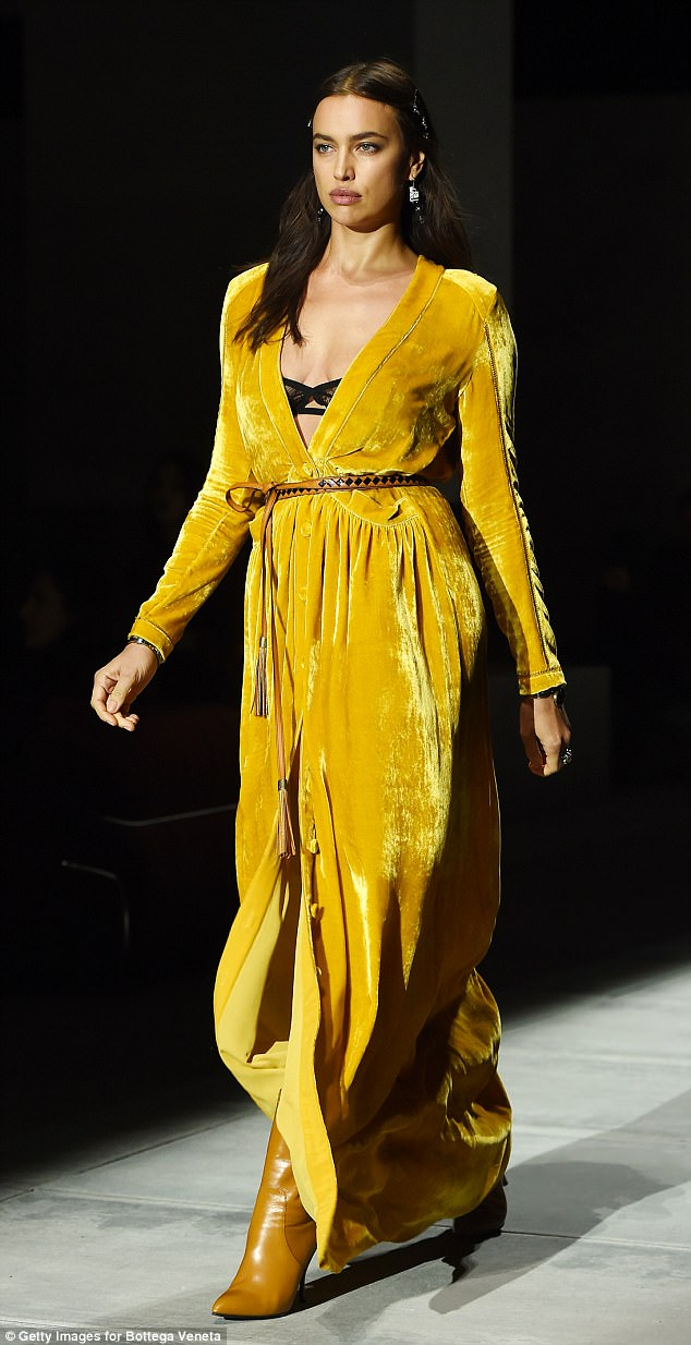 """Tình cũ CR7 - Irina Shayk mặc xẻ sâu, lộ vòng 1 """"lép"""" khác thường - 3"""