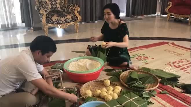 """Hoa hậu Giáng My khoe giọng hát cực """"ngọt"""" khi gói bánh chưng"""
