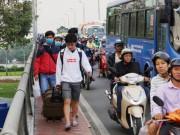 Tin tức trong ngày - Khách vật vã đi bộ vào Bến xe Miền Đông do mọi ngả đường kẹt cứng