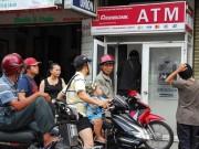 Phát khóc vì ATM  đứng hình  ngày Tết