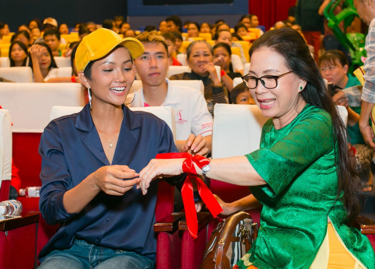 Hoa hậu H'Hen Niê và Hồ Đức Vĩnh làm từ thiện ngày cuối năm - 3