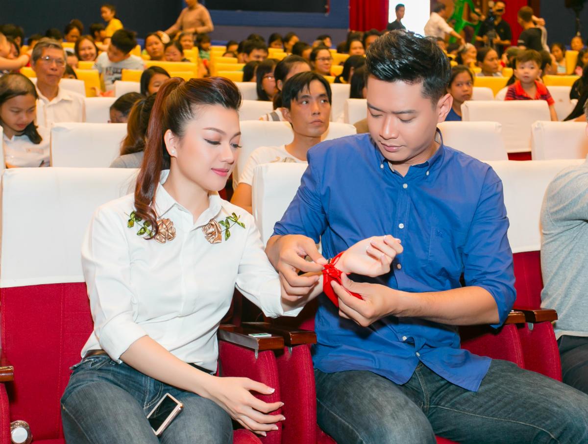 Hoa hậu H'Hen Niê và Hồ Đức Vĩnh làm từ thiện ngày cuối năm - 2