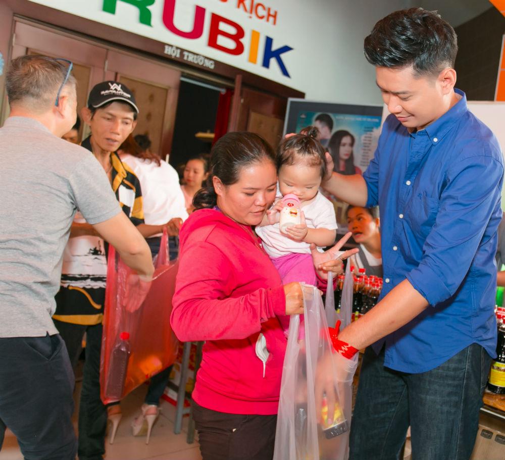 Hoa hậu H'Hen Niê và Hồ Đức Vĩnh làm từ thiện ngày cuối năm - 7