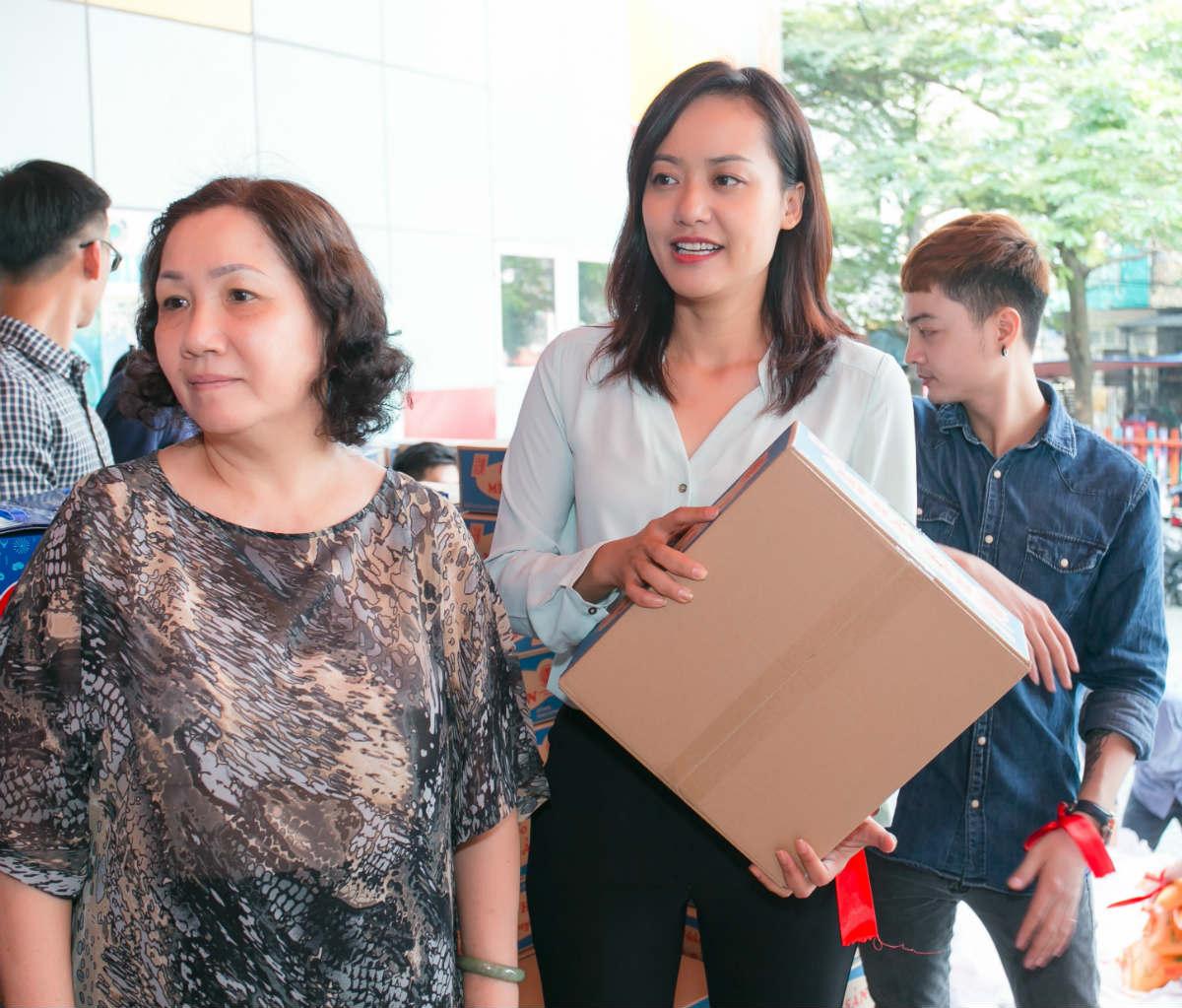 Hoa hậu H'Hen Niê và Hồ Đức Vĩnh làm từ thiện ngày cuối năm - 8