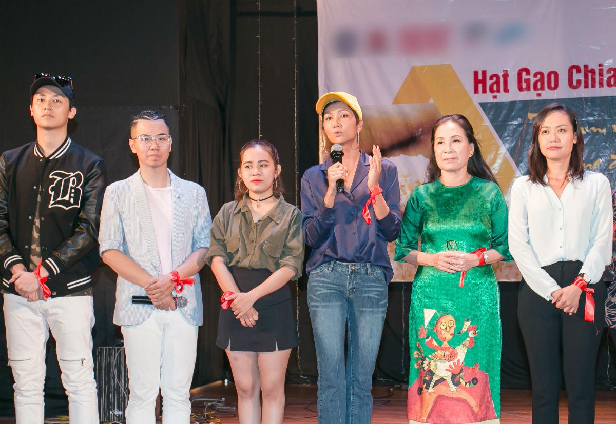 Hoa hậu H'Hen Niê và Hồ Đức Vĩnh làm từ thiện ngày cuối năm - 6