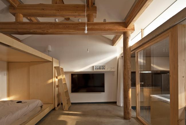 Dựa trên cấu trúc ban đầu, các kiến trúc sư đã sắp xếp lại không gian bên trong nhằm phá bỏ sự tù túng của ngôi nhà trong khu ổ chuột ở Bắc Kinh, Trung Quốc.